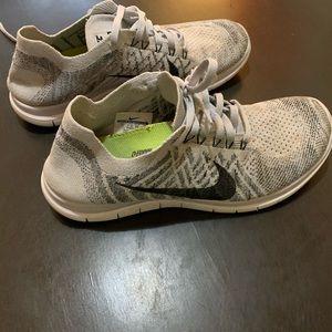Nike 4.0 running sock style tennis shoe